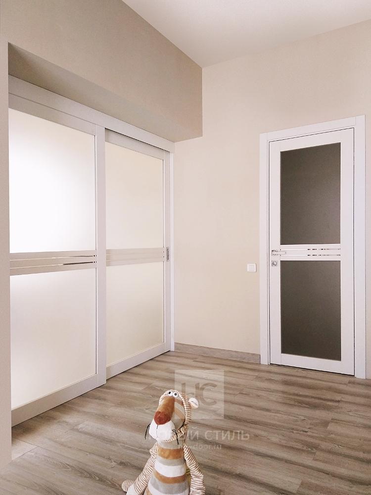 Белые двери в интерьере.